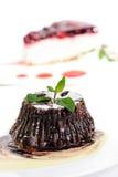 Schokoladenfondant mit Pfefferminzblättern Stockfoto