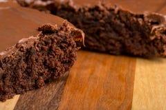 Schokoladenfondant-Schokoladenkuchen auf hölzernem Schneidebrett lizenzfreie stockfotos