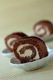 Schokoladengebäck mit Creme Lizenzfreie Stockbilder