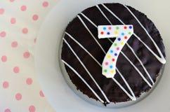 Schokoladengeburtstagskuchen für ein 7. Geburtstags- oder Jahrestagscer Stockfotos