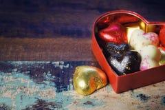 Schokoladengeschenkbox für Valentinstagfeiertagsfeier auf hölzernem Hintergrund Lizenzfreie Stockfotos