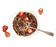 Schokoladengetreide und -erdbeeren für Frühstücksnahaufnahme Lizenzfreies Stockbild