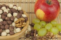 Schokoladengetreidebälle in einer Schüssel Bambus Gesundes Frühstück mit Frucht und Milch Eine Diät voll von Energie und von Fase Lizenzfreie Stockfotografie