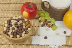 Schokoladengetreidebälle in einer Schüssel Bambus Gesundes Frühstück mit Frucht und Milch Eine Diät voll von Energie und von Fase Stockfotos