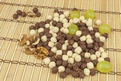 Schokoladengetreidebälle in einer Schüssel Bambus Gesundes Frühstück mit Frucht und Milch Eine Diät voll von Energie und von Fase Lizenzfreies Stockfoto