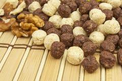 Schokoladengetreidebälle in einer Schüssel Bambus Gesundes Frühstück mit Frucht und Milch Eine Diät voll von Energie und von Fase Stockbild