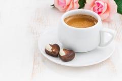Schokoladenherzen und -Espresso für Valentinsgruß ` s Tag Stockfotos