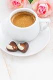 Schokoladenherzen und -Espresso für Valentinsgruß ` s Tag auf weißer Tabelle Stockfotos