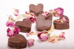 Schokoladenherzen und -rosen lizenzfreie stockbilder