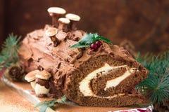 SchokoladenJulblock-Weihnachtskuchen mit roter Johannisbeere auf hölzernem Hintergrund Weihnachtsschokoladen-Julblock mit Dekor d lizenzfreies stockbild