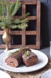 SchokoladenJulblock-Weihnachtskuchen mit Weihnachtsdekoration auf der Feiertagstabelle Stockfoto