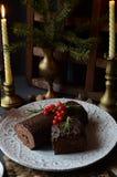 SchokoladenJulblock-Weihnachtskuchen mit Weihnachtsdekoration auf der Feiertagstabelle Lizenzfreies Stockfoto