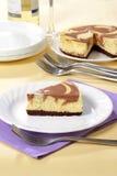 Schokoladenkäsekuchen auf einer Platte Lizenzfreie Stockfotografie