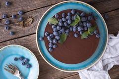 Schokoladenkäsekuchen mit Blaubeeren Stockbild