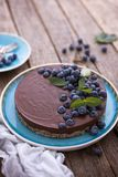 Schokoladenkäsekuchen mit Blaubeeren Stockbilder