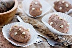 Schokoladenkartoffel - Ñ-, das ake mit Sahne gemischt werden und Schwammkuchen zerkrümelt lizenzfreie stockfotografie