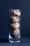 Schokoladenkekse im hohen transparenten Trinkglas Lizenzfreie Stockfotos