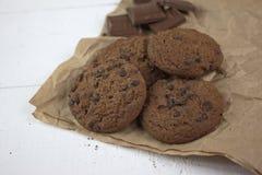 Schokoladenkekse mit Schokoriegeln auf weißem Holz stockfoto