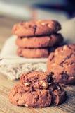 Schokoladenkeksplätzchen Schokoladenplätzchen auf weißer Leinenserviette auf Holztisch Lizenzfreie Stockfotografie