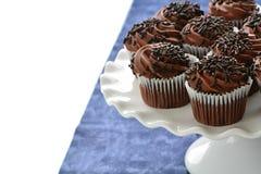 Schokoladenkleine kuchen auf Kuchenstand lizenzfreie stockfotografie
