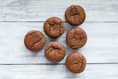 Schokoladenkleine kuchen cupcakes Kleine Kuchen mit Beeren, Frucht, strawb Stockfotografie