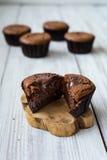 Schokoladenkleine kuchen cupcakes Kleine Kuchen mit Beeren, Frucht, strawb Stockfotos
