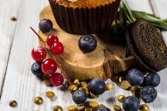 Schokoladenkleine kuchen cupcakes Kleine Kuchen mit Beeren, Frucht, strawb Lizenzfreies Stockfoto