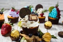 Schokoladenkleine kuchen cupcakes Kleine Kuchen mit Beeren, Frucht, strawb Lizenzfreie Stockfotografie