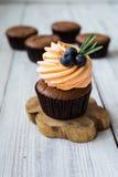 Schokoladenkleine kuchen cupcakes Kleine Kuchen mit Beeren, Frucht, strawb Stockbild