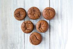Schokoladenkleine kuchen cupcakes Kleine Kuchen mit Beeren, Frucht, strawb Lizenzfreies Stockbild