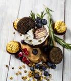Schokoladenkleine kuchen cupcakes Kleine Kuchen mit Beeren, Frucht, strawb Stockbilder