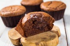 Schokoladenkleine kuchen cupcakes Kleine Kuchen mit Beeren, Frucht, strawb Lizenzfreie Stockbilder