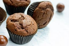 Schokoladenkleine kuchen, köstliche selbst gemachte Schokoladenkuchen lizenzfreie stockfotografie
