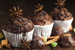 Schokoladenkleine kuchen mit auf dem Tisch füllen, Bonbons Stockfotos