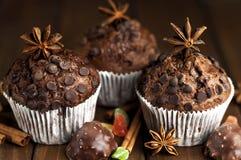 Schokoladenkleine kuchen mit auf dem Tisch füllen, Bonbons Stockfoto