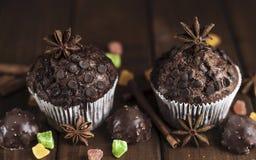 Schokoladenkleine kuchen mit auf dem Tisch füllen, Bonbons Stockbild