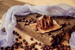 Schokoladenkleine kuchen mit Kaffeebohnen auf dunklem Hintergrund, AF-Punktauswahl Stockfotografie