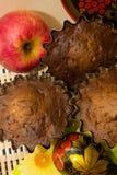 Schokoladenkleine kuchen mit Sauerrahm und Äpfeln Lizenzfreies Stockfoto