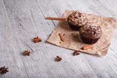 Schokoladenkleine kuchen mit Zimt auf einem hölzernen Hintergrund Kleine Kuchen mit Schokoladennachtisch Caféfrühstück Kopienraum Stockfoto