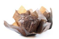 Schokoladenkleiner kuchen auf einem weißen Hintergrund Lizenzfreies Stockfoto