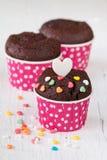 Schokoladenkleiner kuchen auf weißem Holztisch Stockfoto