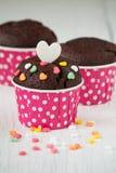 Schokoladenkleiner kuchen auf weißem Holztisch Stockfotografie