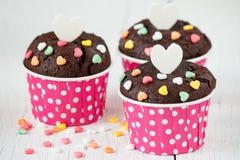 Schokoladenkleiner kuchen auf weißem Holztisch Lizenzfreie Stockfotografie
