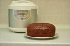 Schokoladenkleiner kuchen gebacken im multivarka Lizenzfreie Stockfotografie