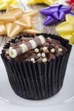 Schokoladenkleiner kuchen mit choco chrunchies Stockbilder