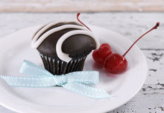 Schokoladenkleiner kuchen mit festlichen roten Maraschinokirschen Lizenzfreies Stockbild