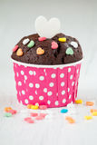 Schokoladenkleiner kuchen mit Herzsüßigkeit Lizenzfreie Stockfotos
