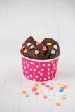 Schokoladenkleiner kuchen mit Herzsüßigkeit auf weißem Holztisch Lizenzfreie Stockbilder