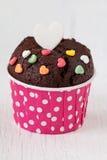 Schokoladenkleiner kuchen mit Herzsüßigkeit auf weißem Holztisch Stockfoto