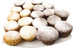 Schokoladenkleiner kuchen mit Puderzucker- und Schokoladensoße Stockbild